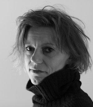 Studio portret van vrouw met bruine ogen en koltrui.