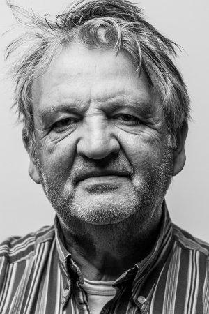 Ongepolijst studio portret van man met stoppels.