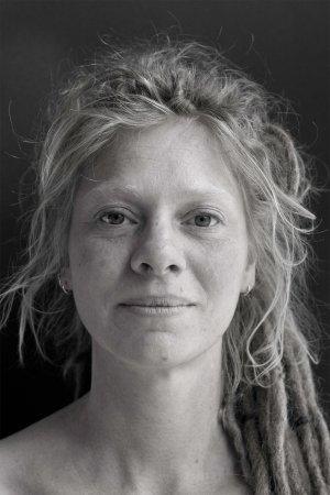 Stuio portret van jonge vrouw dreads.