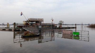 Overstroming van de IJssel bij Wijhe met het Little River Cafe..
