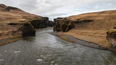 De Fjaðrárgljúfur kloof bij  Kirkjubæjarklaustur in Zuid-IJsland.