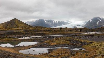 Öræfi in Zuid-IJsland met uitloper van de Öræfajökull gletsjer tussen de met wolken bedekte bergen.