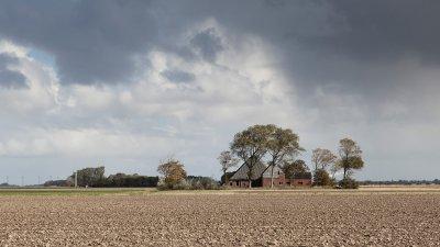 Verlaten boerderij in de Noord Polder bij Noordpolderzijl in het noorden van Groningen.