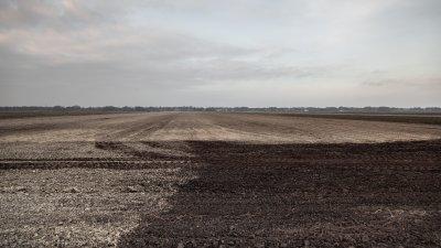 Akker bestrooid met kalk in de veenkoloniën van Drenthe bij Valthermond.