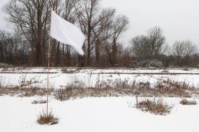 Witte vlag in winterlandschap.