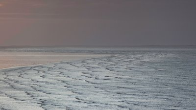 De waddenzee bij bij Eemshaven net voor zonsondergang in september.
