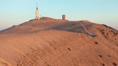 De top van de Mont-Ventoux kleurt rood net na zonsopkomst.