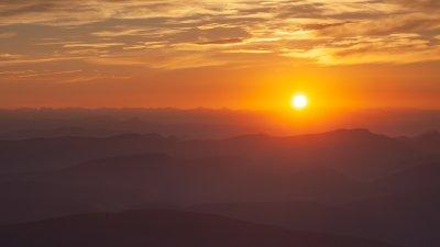 Zonopkomst boven de Alpen gezien vanaf de top van de Mont-Ventoux.