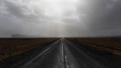 De enige weg door de uitgetrekte Skeiðarársandur zandvlakte in Zuid-IJsland.