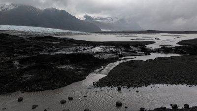 Bergen met gletsjers en smeltwater in Skaftafell Nationaal Park in Zuid IJsland.