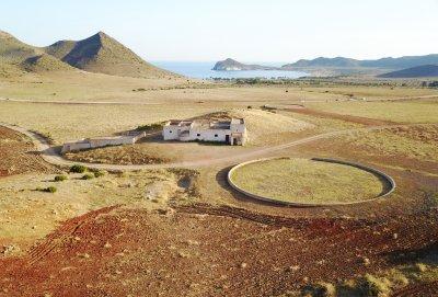 Drone foto een verlaten boerderij bij San José in Cabo de Gata in Spanje.