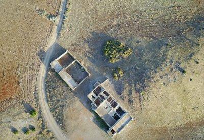 Drone foto van een verlaten boerderij in Cabo de Gata in Spanje..